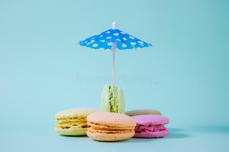 Pappers- slags solskydd och macarons i olika färger Utrymme för kopierar royaltyfri bild