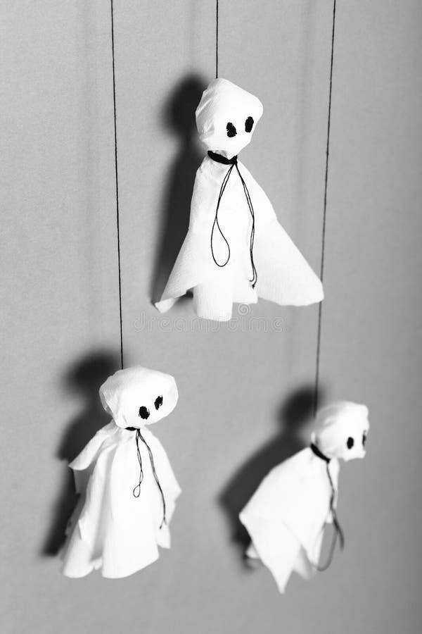 Pappers- spökekonst Begrepp för berömallhelgonaaftonhantverk arkivbild