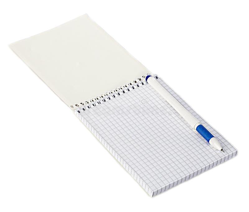 Pappers- spiralanteckningsbok med en pennnärbild som isoleras på en vit bakgrund för anteckningsbokpapper för bakgrund mellanrum  arkivfoton