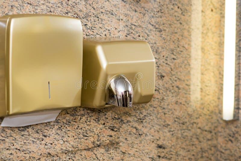 Pappers- utmatare- och handtork på toaletten för vägg offentligt arkivbild