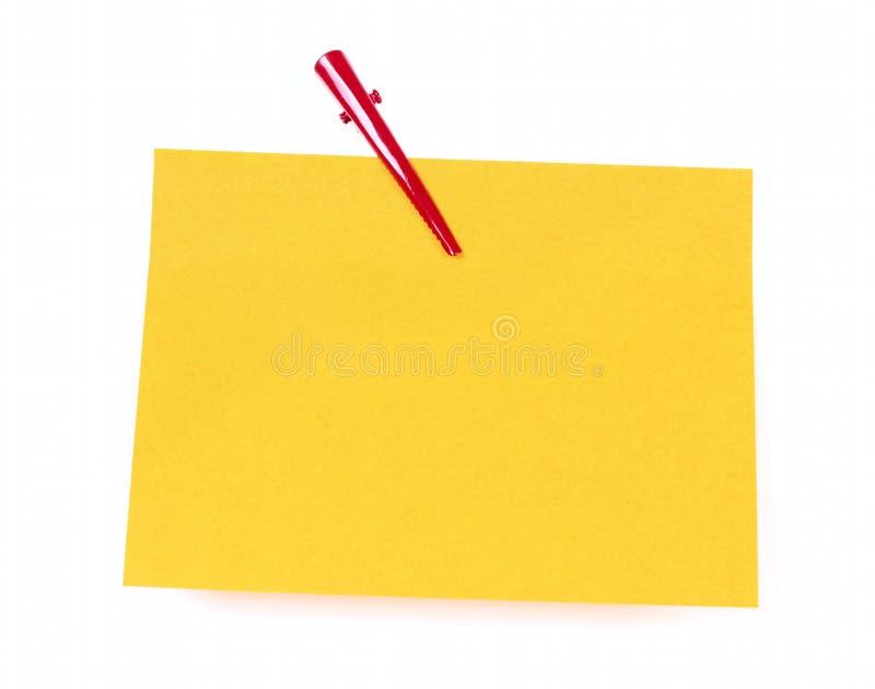 Pappersanmärkningar med det röda gemet arkivfoton