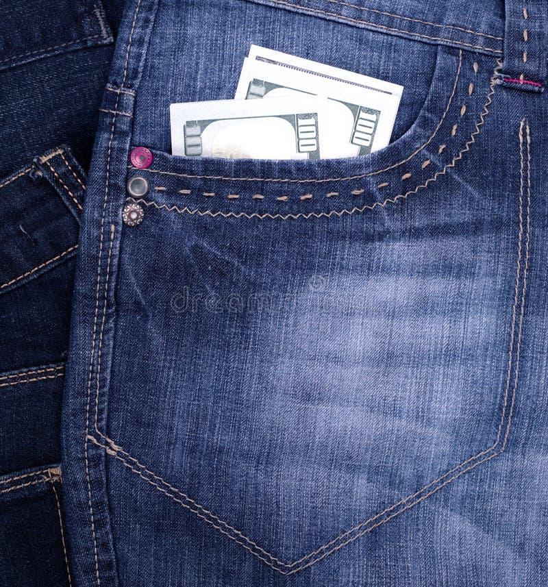 Pappersräkning hundra US dollar framtill fack av jeans royaltyfri bild