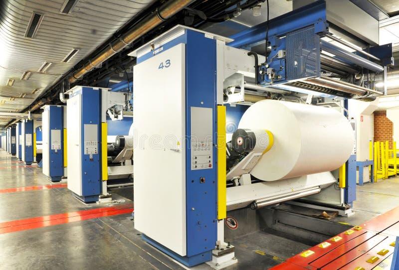 Pappersrullar i en printingmaskin av ett stort tryck shoppar royaltyfri bild