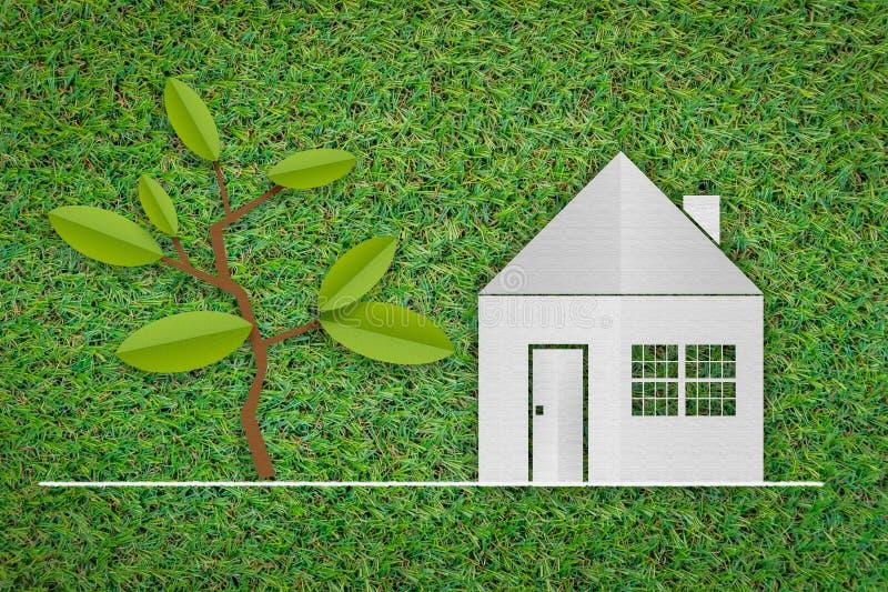 Papperssnitt av huset, träd a på grönt gräs för ny vår arkivfoto