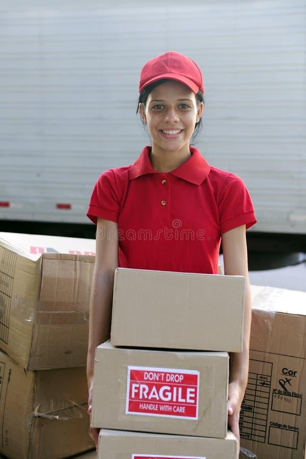 pappkurir som levererar leveransmoveren arkivbilder