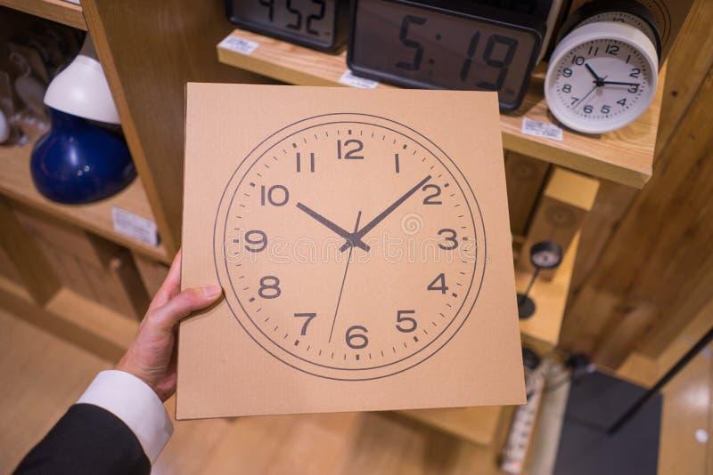 Pappschachtel mit einer Uhr auf ihr stockfoto