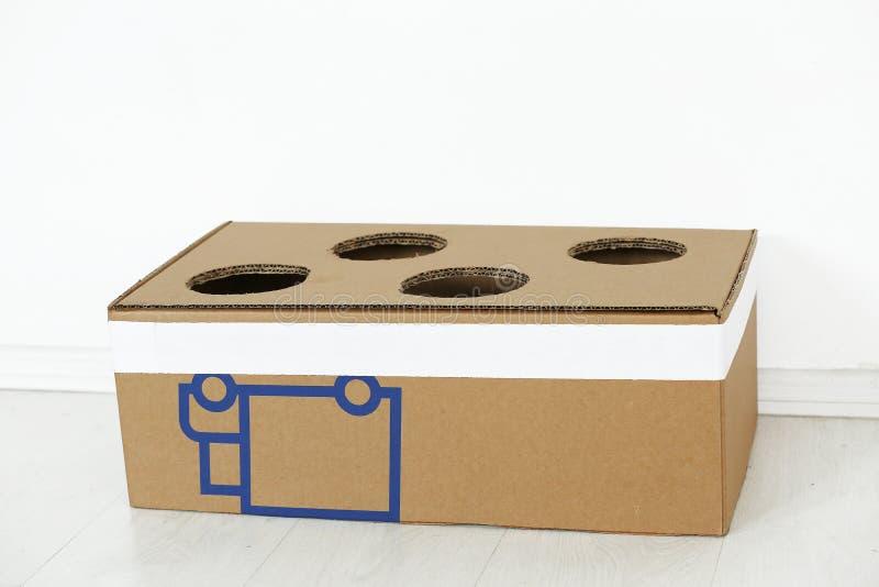 Pappschachtel mit Löchern lizenzfreies stockfoto