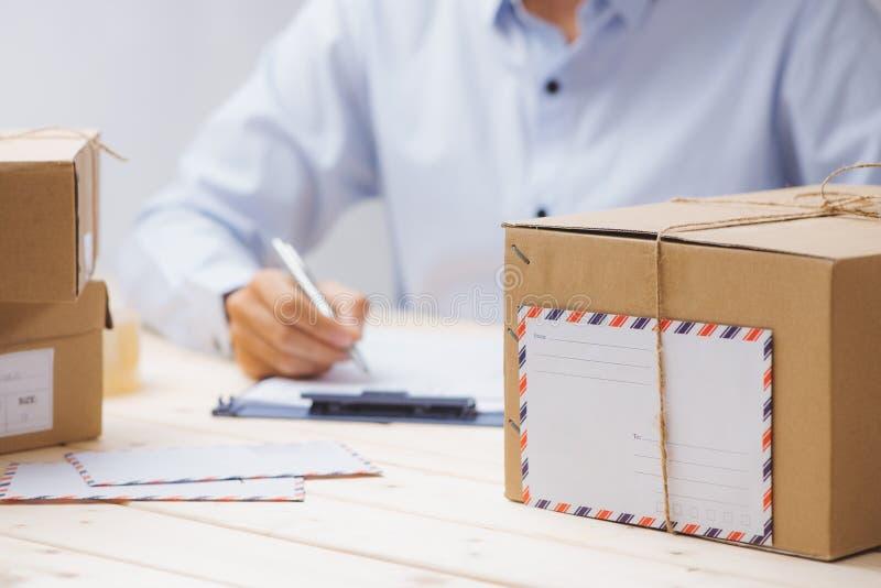 Pappschachteln auf Arbeitsplatz in der Post lizenzfreies stockfoto