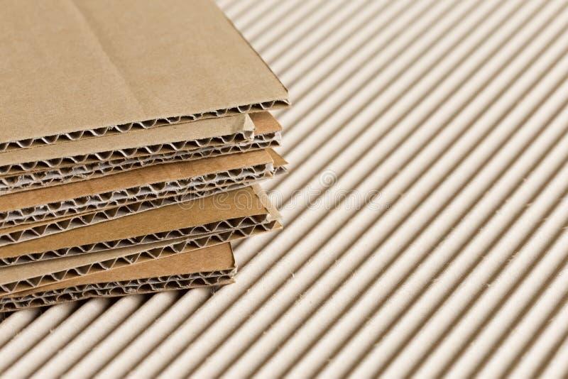 Pappstapel auf gewölbtem Hintergrund stockfoto