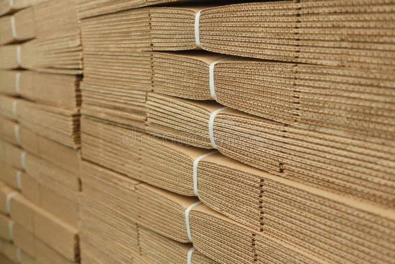 Pappstapel auf Wellpappenbeschaffenheit lizenzfreies stockbild