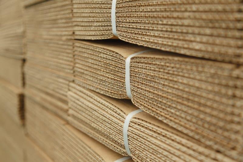 Pappstapel auf Wellpappenbeschaffenheit stockbilder