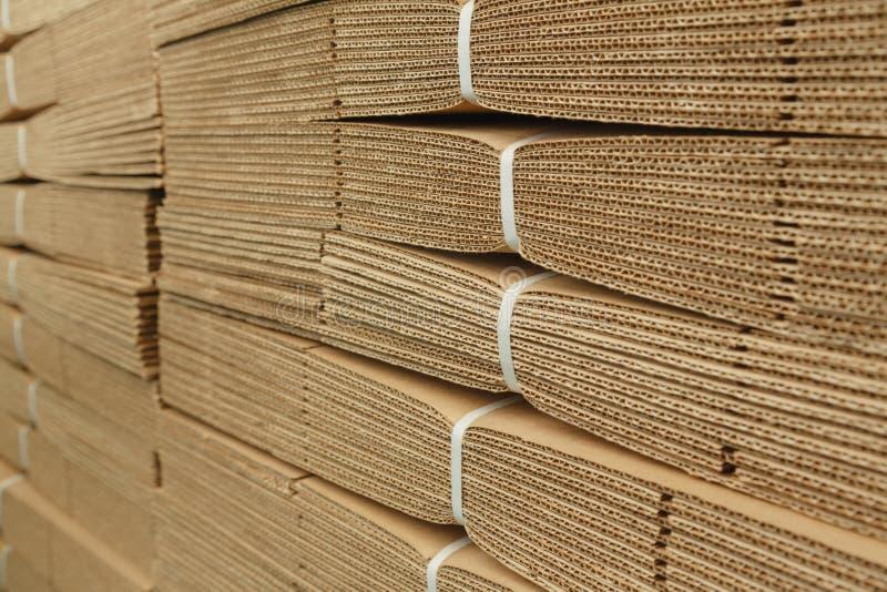 Pappstapel auf Wellpappenbeschaffenheit lizenzfreie stockbilder