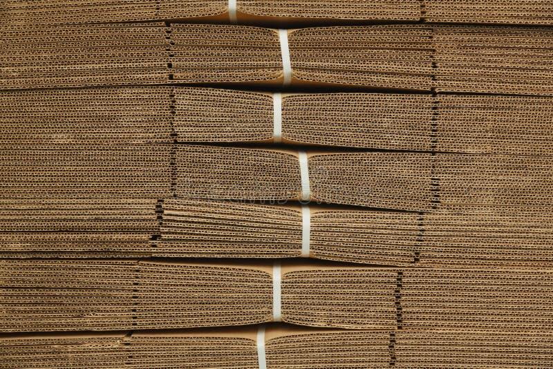 Pappstapel auf Wellpappenbeschaffenheit stockfotografie