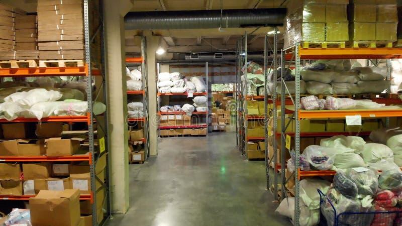 Pappverpackungskästen auf Lager in der Fabrikproduktion von elektronischen Geräten ablage Lager mit vielen Kästen stockfotos