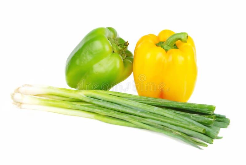Paprika amarela e verde com cebola verde fotografia de stock royalty free