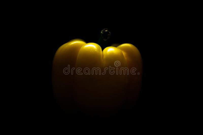 Paprika amarilla fresca del pimiento aislada en negro Concepto sano de la consumici?n imagen de archivo
