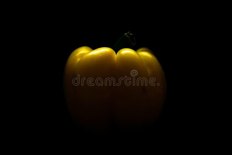 Paprika amarilla fresca del pimiento aislada en negro Concepto sano de la consumici?n fotos de archivo libres de regalías