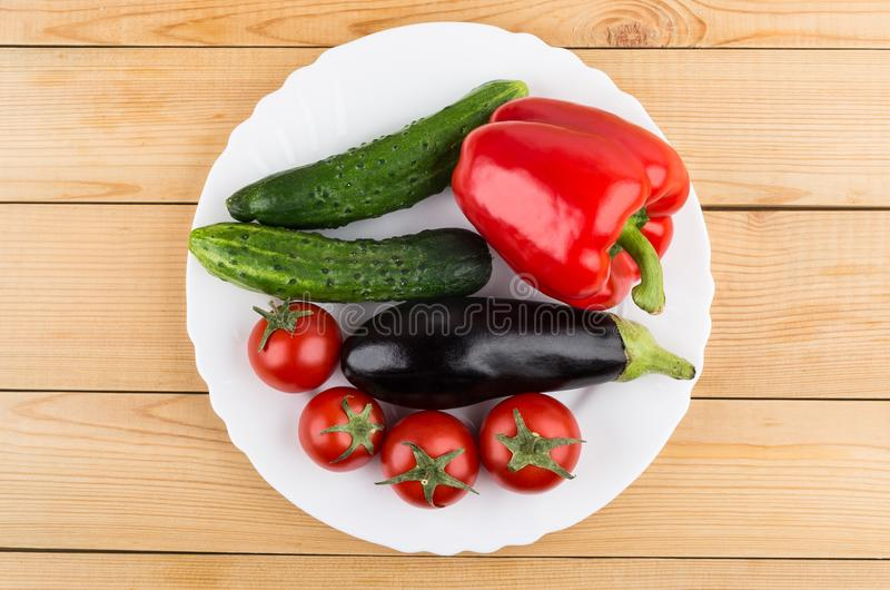 Paprika, aubergine, komkommers en tomaten in witte plaat stock foto