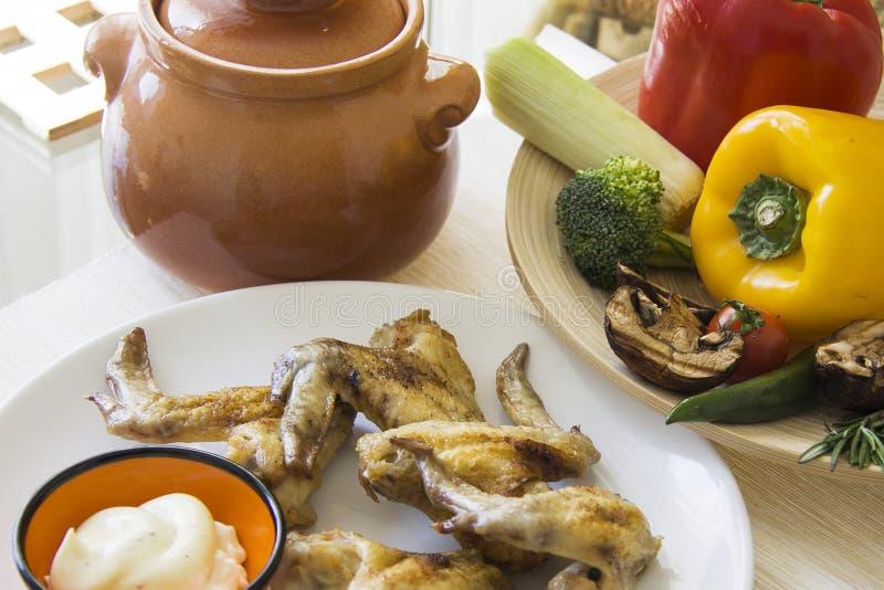 Paprika, broccoli en kippenvleugels met saus en verse groenten royalty-vrije stock foto's