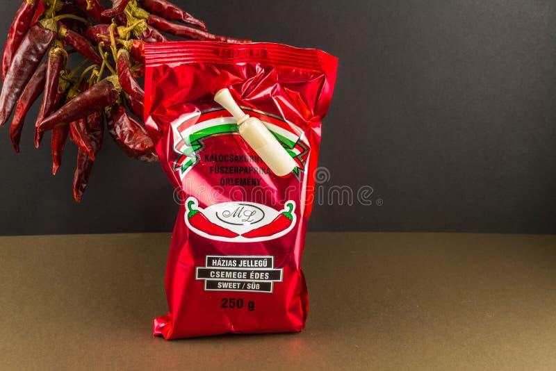 Paprika caliente húngara del editorial ilustrativo, cadena de pimientas en fondo foto de archivo