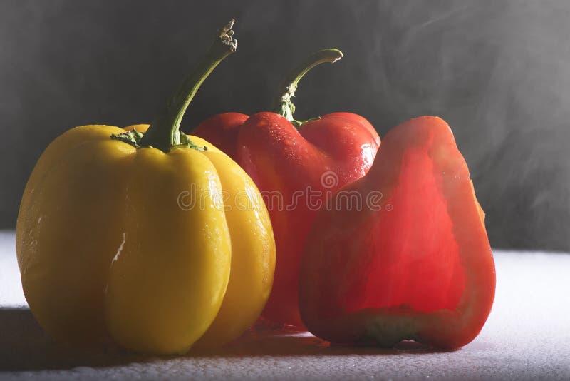 Paprika coloré frais sur le fond blanc photos libres de droits