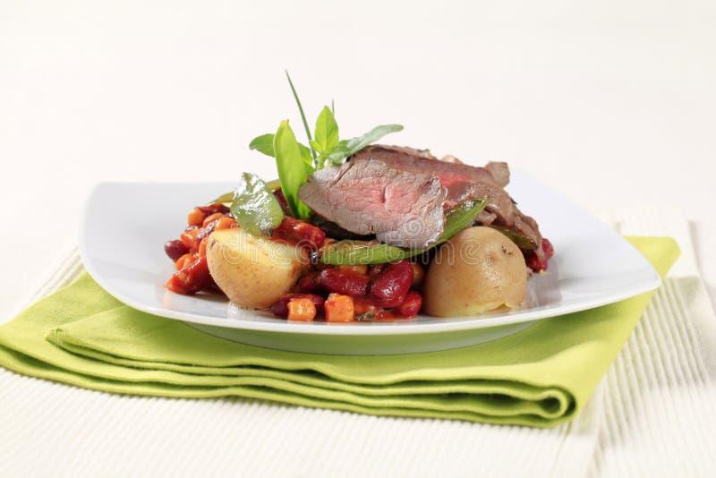 Paprika des Bratenrindfleisches und der roten Bohne lizenzfreies stockfoto