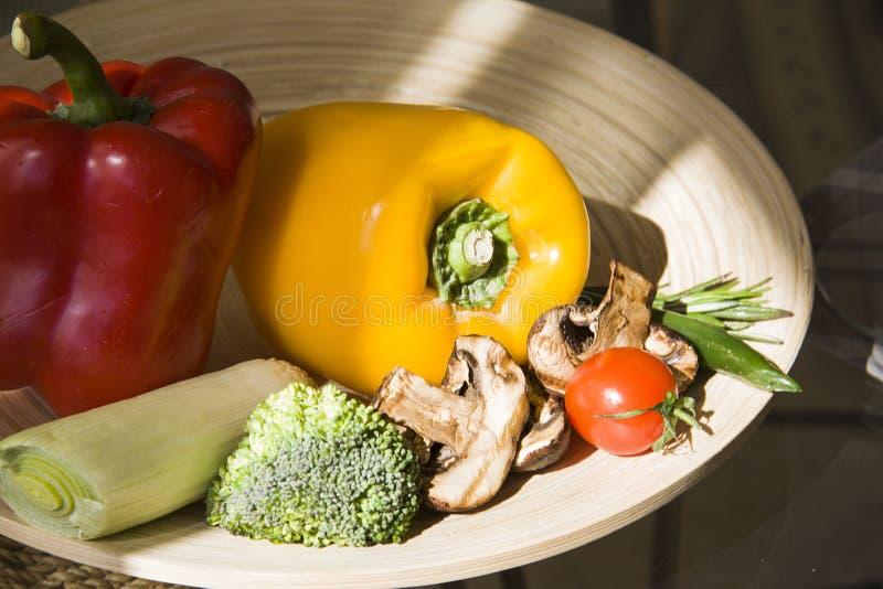 Paprika en Spaanse pepers met diverse groenten stock fotografie
