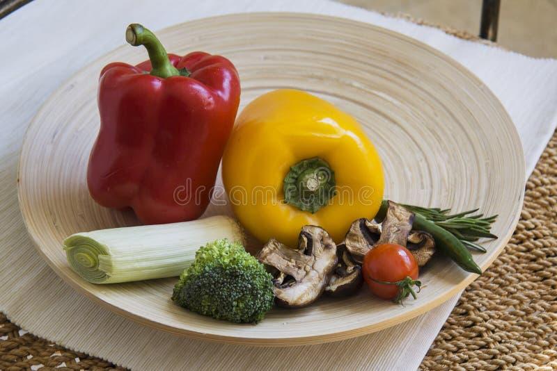 Paprika en Spaanse pepers met diverse groenten stock afbeeldingen