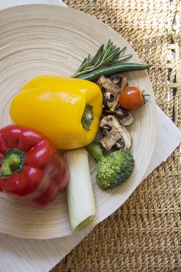Paprika en Spaanse pepers met diverse groenten stock afbeelding