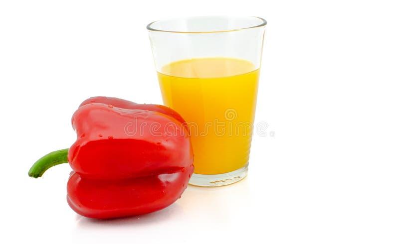 Paprika et verre de jus d'orange, d'isolement sur le backgr blanc image stock