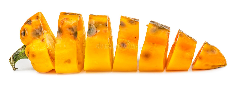 Paprika jaune putréfié coupé d'isolement images libres de droits