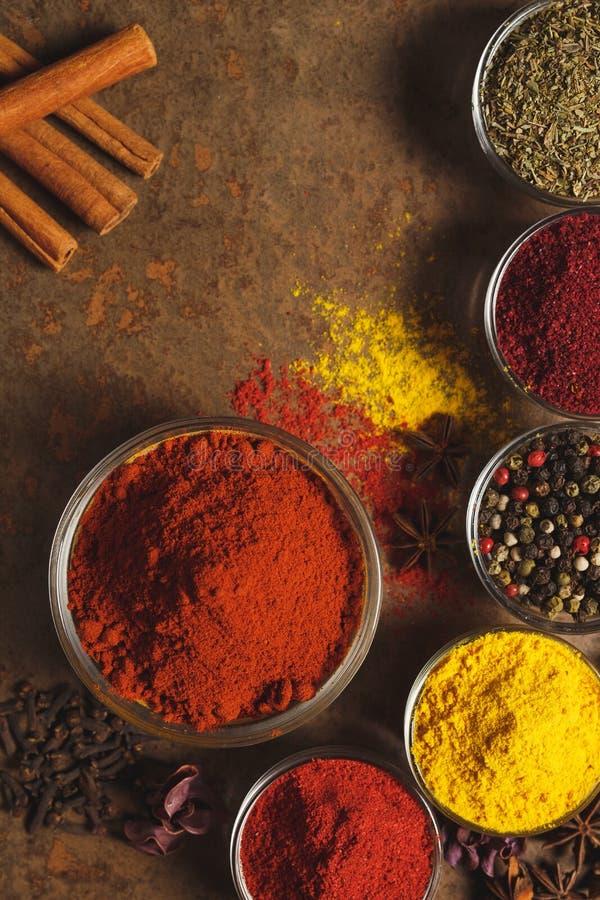 Paprika moulu rouge Place pour le texte Différents types d'épices dans une cuvette sur un fond en pierre La vue ? partir du dessu photographie stock