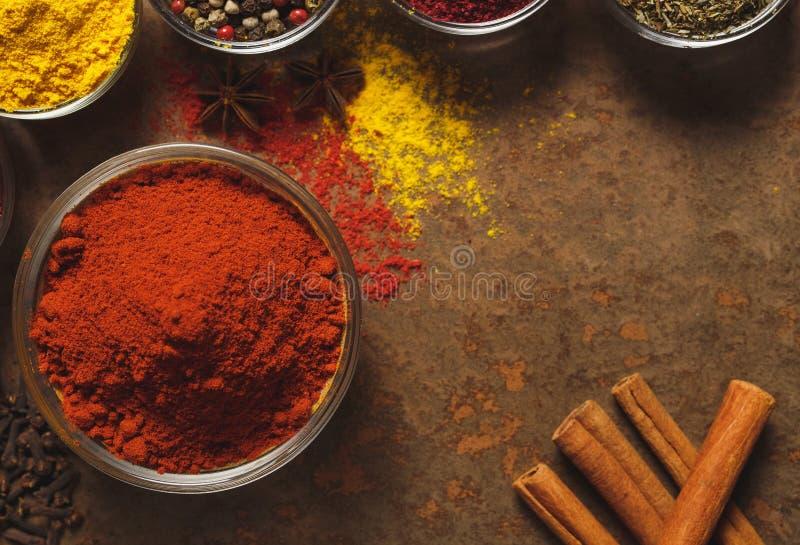 Paprika moulu rouge Place pour le texte Différents types d'épices dans une cuvette sur un fond en pierre La vue ? partir du dessu image stock