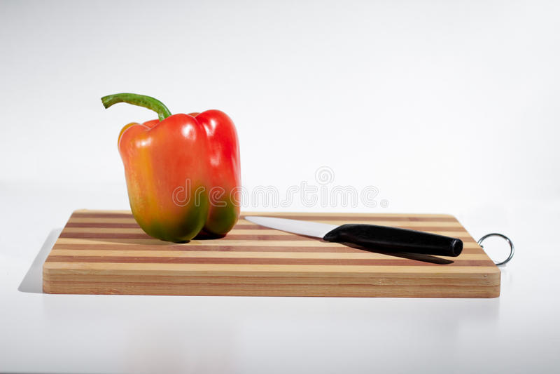 Paprika na placa de corte foto de stock royalty free