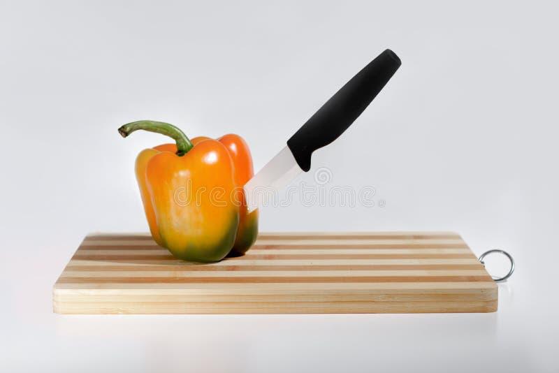 Paprika na placa de corte imagens de stock royalty free