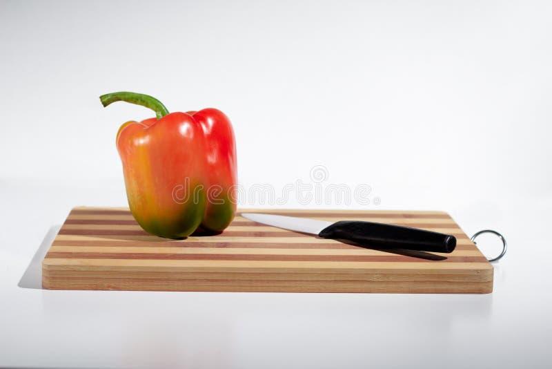 Paprika på skärbräda royaltyfri foto