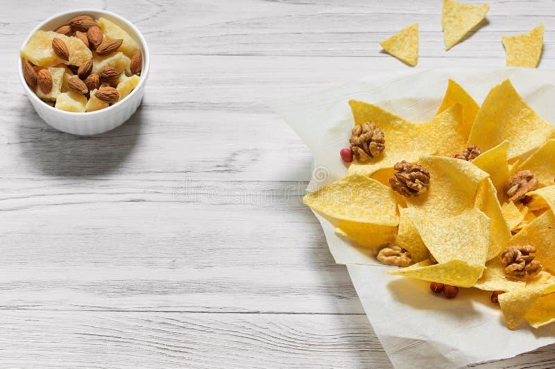 Paprika Potato Chips sur le fond rustique photos libres de droits
