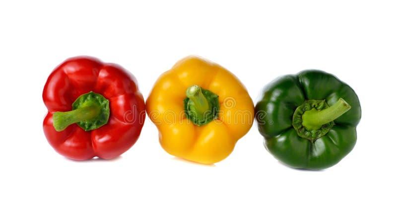 Paprika rouge de vert jaune sur le blanc image libre de droits