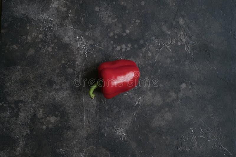 Paprika rouge sur le fond foncé photos libres de droits