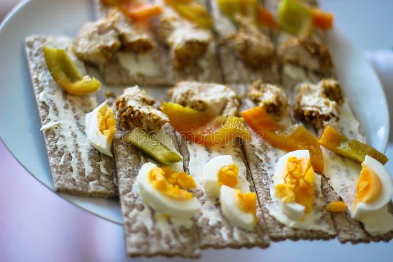 Paprika's, ei, toost, gebakken kip stock afbeeldingen