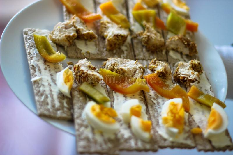 Paprika's, ei, toost, gebakken kip stock foto