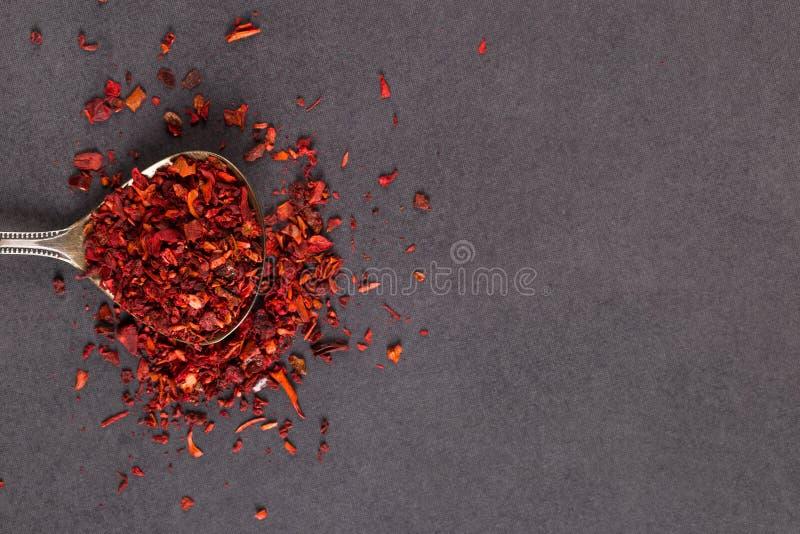 Paprika tritata in un cucchiaio di ferro su una tavola di pietra Copia spazio fotografia stock libera da diritti