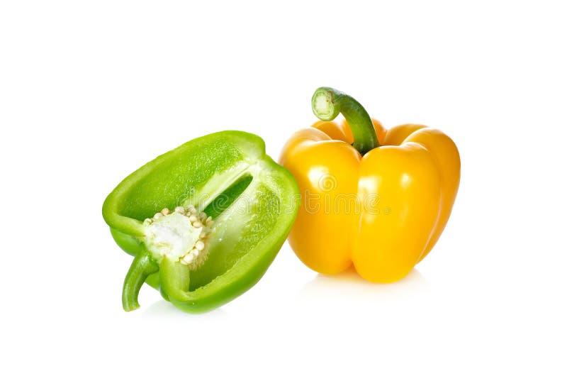 Paprika vert et jaune frais de tige sur le fond blanc photographie stock
