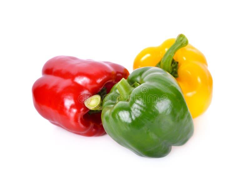 Paprika vert, rouge et jaune frais entier de tige sur le blanc photographie stock libre de droits