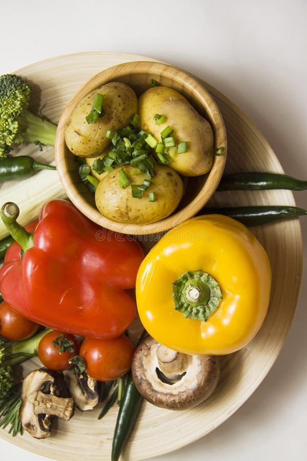 Paprika y chiles bajo fondo del contraste fotografía de archivo