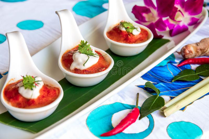 Paprikacurry auf weißem Löffel drei lizenzfreies stockfoto