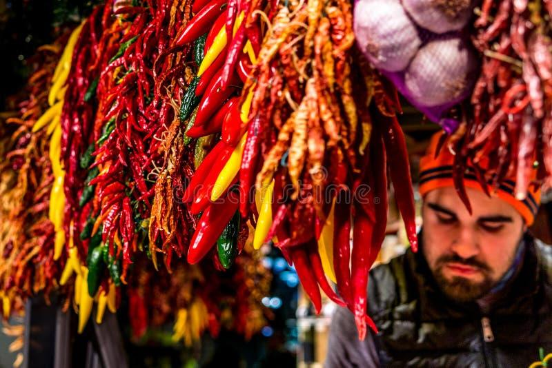 Paprikamarktstall mit einem Abhängigen des boqueria lizenzfreie stockfotos
