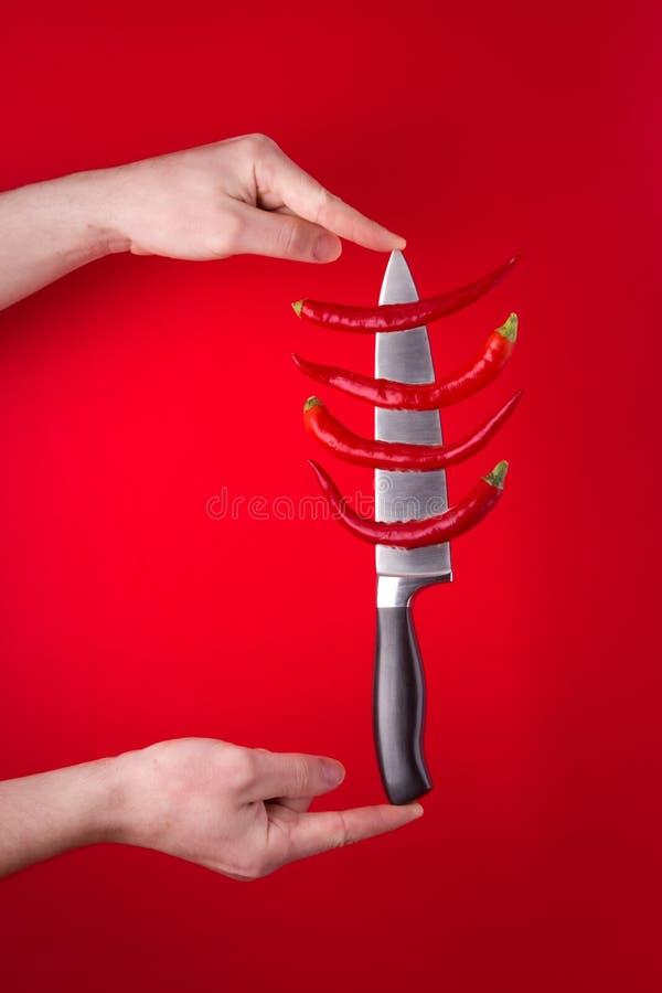 Paprikapfeffer auf einem Messer stockbilder