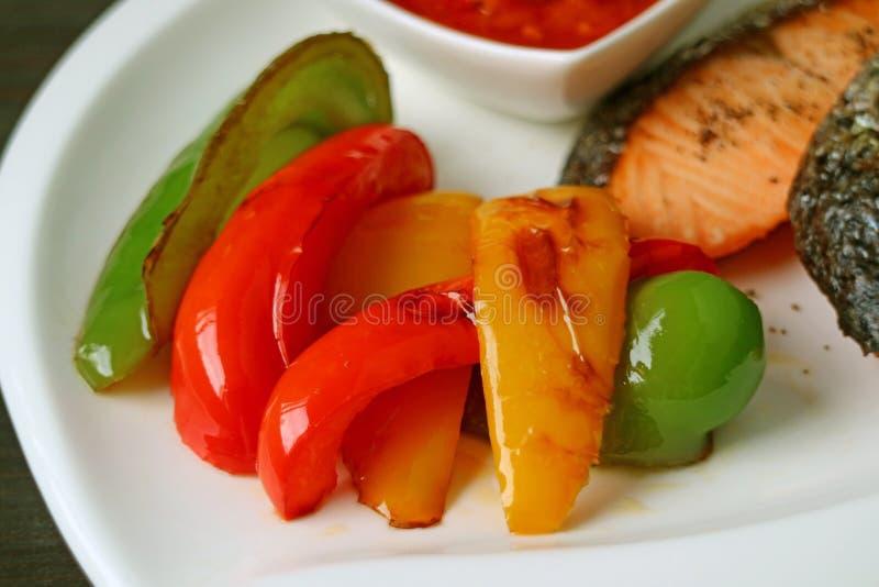 Paprikas colorés grillés savoureux et sains pour la garniture de bifteck saumoné images stock