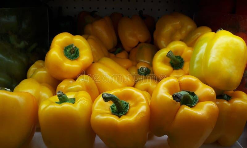 Paprikas géants jaunes frais sur l'étagère dans le supermarché photo stock